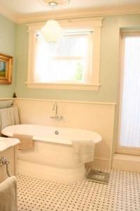 bathroom-white-tub-ri